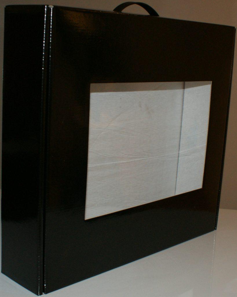 Упаковка для белья с окошком из микрогофрокартона